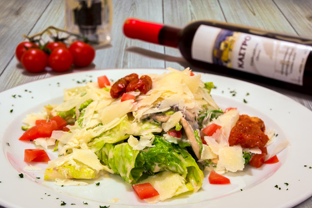 Kastro Oia Restaurant Santorini. Rocket lettuce with sundried tomatoes, fresh marinated mushrooms, drained tomatoes, parmesana cheese and white dressing.