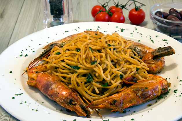 Kastro Oia Restaurant Santorini. Spaghetti with shrimps, onion and fresh tomato sauce.
